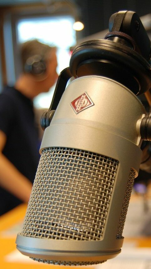 Symbolbild Mikrofon im Studio